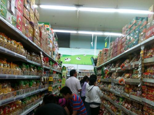 Các quầy mì trong siêu thị luôn đông khách đến chọn lựa mua. Ảnh: Minh Phượng