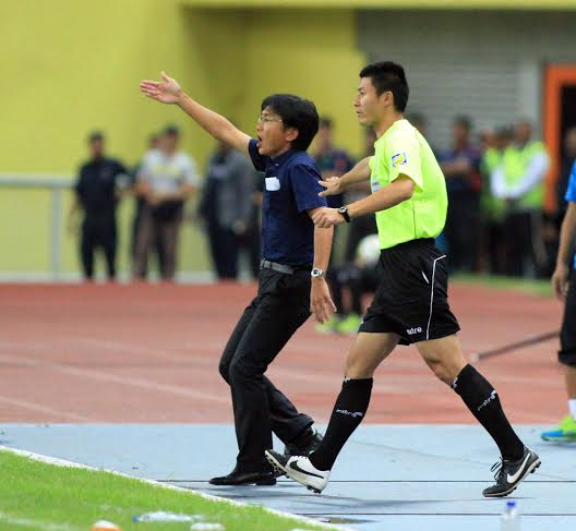 HLV Miura bức xúc vì Malaysia chơi xấu nhưng được trọng tài thiên vị