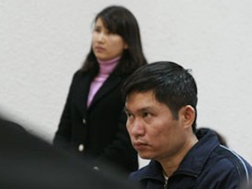 Vợ bị cáo Nguyễn Mạnh Tường (đứng) tại phiên toà