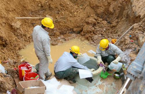 Đường ống nước Sông Đà gặp sự cố lần thứ 8 vào sáng ngày 10-7 tại Km25 (gần cầu Đồng Trúc, đại lộ Thăng Long), huyện Thạch Thất, Hà Nội. Ảnh: VNE