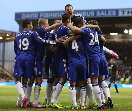 Chiến thắng muộn giúp Chelsea vượt lên ngôi đầu bảng