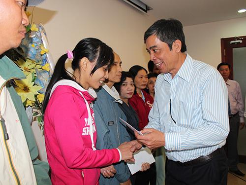Ông Nguyễn Văn Khải, Phó Chủ tịch thường trực LĐLĐ TP HCM, trao tiền hỗ trợ cho công nhân có hoàn cảnh khó khăn