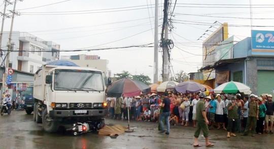 Vụ tai nạn giao thông xảy ra chiều ngày 2-6 tại giao lộ Nguyễn Cửu Phú – Trần Đại Nghĩa (xã Tân Kiên, huyện Bình Chánh – TP HCM) khiến 1 thanh niên điều khiển xe máy tử vong tại chỗ (Ảnh: Xuân Danh).