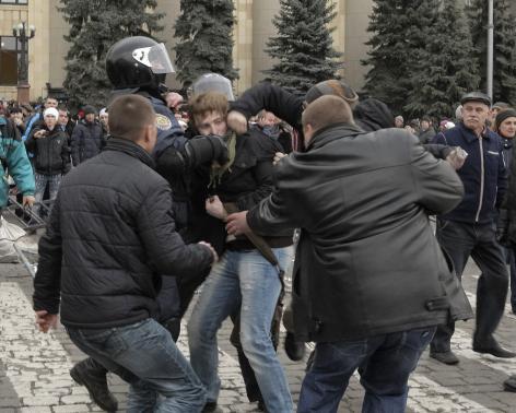Đụng độ giữa bên ủng hộ Nga và bên ủng hộ chính phủ mới ở Ukraine. Ảnh: Reuters