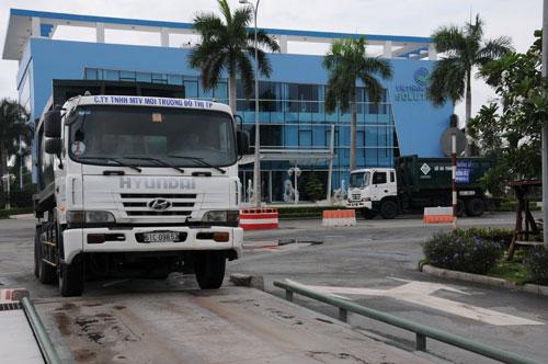 Xe của Công ty TNHH MTV Môi trường Đô thị TP chuyển rác về Khu Liên hợp xử lý chất thải Đa Phước  vào sáng 30-11