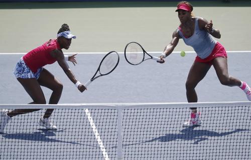 Chị em nhà Williams thua trận đôi, để lại chấn thương chân cho Serena