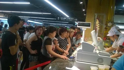 Có khách hàng phải xếp một tiếng đồng hồ để mua một con gà quay.