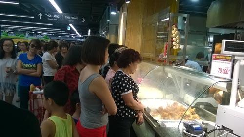Nhiều nguời tiêu dùng đã phải xếp hàng dài để mua hàng ở Lotte Center.