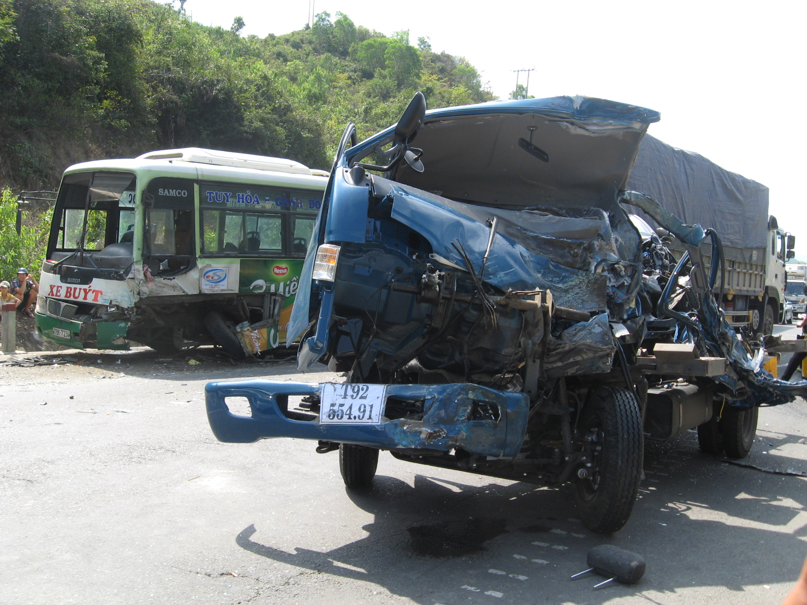 Vụ tai nạn làm 1 người chết, 3 người bị thương và 2 xe hư hỏng nặng