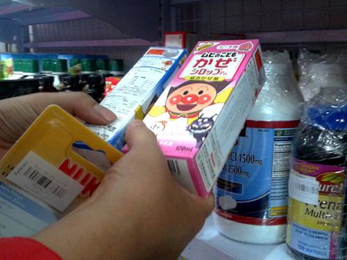Sirô trị cảm sốt cho bé có nguồn gốc Nhật Bản được giới thiệu là hàng xách tay bán tại một siêu thị mini trên đường Cộng Hòa, TP HCM - Ảnh: T.Đạm