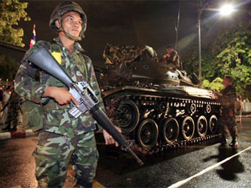 Sự xuất hiện của hàng loạt xe tăng và vũ khí hạng nặng trên đường phố Bangkok  sẽ khiến không ít người nghĩ tới cuộc đảo chính quân sự năm 2006. Ảnh: Reuters