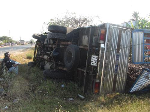 Chiếc xe tải chở điều nằm chỏng chơ bên vệ đường.