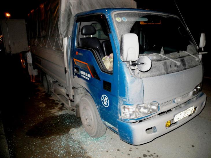 Cửa kính 2 bên ghế tài xế và ghế phụ bị đập vỡ tan