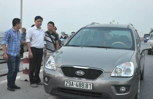 Chiếc ô tô BKS 29A-488.81 mà chủ TMV Cát Tường, bác sĩ Nguyễn Mạnh Tường (áo trắng đứng giữa), chở thi thể nạn nhân Lê Thị Thanh Huyền đi phi tang từ trên cầu Thanh Trì xuống sông Hồng