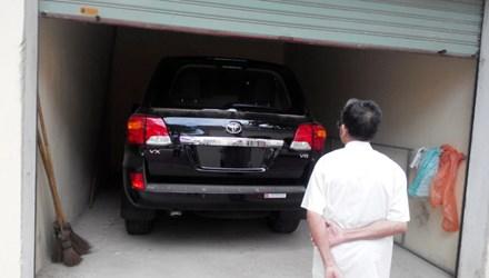 Chiếc xe sang Land Cruiser gần bốn tỷ đồng đắp chiếu ở nhà xe gần một năm nay