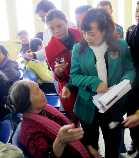 Bộ trưởng Bộ Y tế lắng nghe ý kiến của bệnh nhân tại khoa Khám bệnh Bệnh viện Bạch Mai