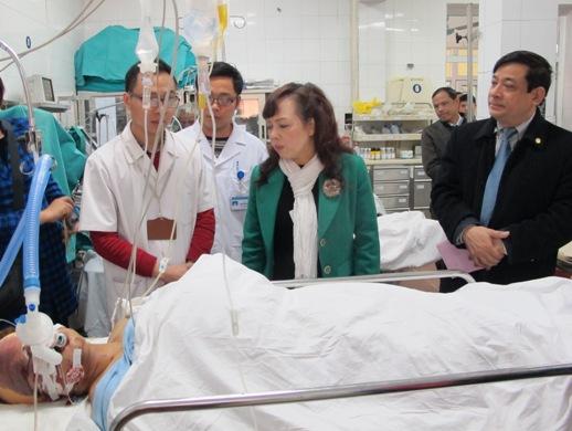 Bộ trưởng Tiến thăm bệnh nhân đang cấp cứu tại bệnh viện Việt Đức