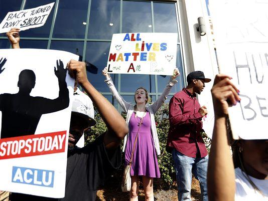 Người biểu tình tập trung trước tòa nhà hội đồng ở TP Bắc Charleston sáng 8-4. Ảnh: EPA