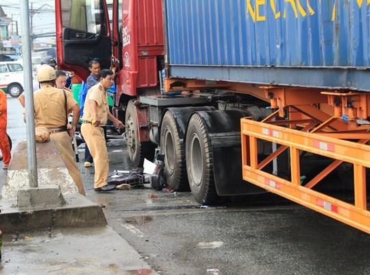 Hiện trường vụ tai nạn làm một người bị cán nát chân, xảy ra trên xa lộ Hà Nội (quận Thủ Đức)