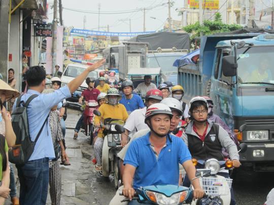 Giao thông trên đường Lê Văn Việt kẹt cứng do ảnh hưởng từ vụ tai nạn
