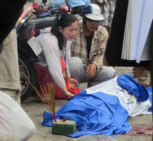 Người vợ khóc ngất bên thi thể chồng khiến hàng trăm người chứng kiến không khỏi đau lòng