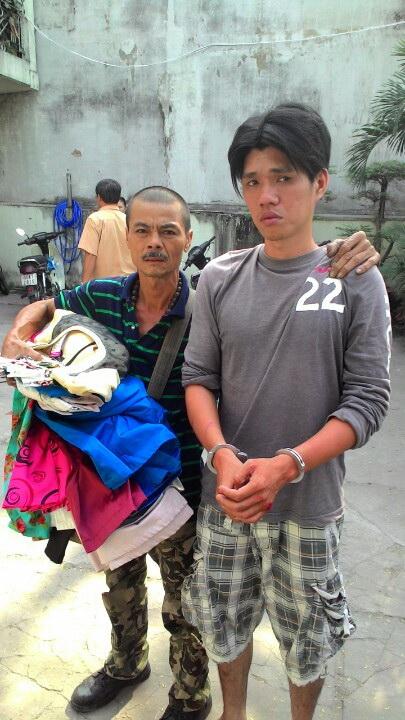 """""""Hiệp sĩ"""" Trần Văn Hoàng (bên trái) và đối tượng Dũng."""