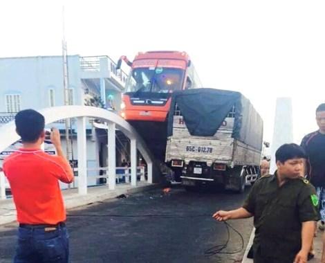 Bánh trước bên phải xe khách Phương Trang leo lên lan can thành cầu hình vòng cung.