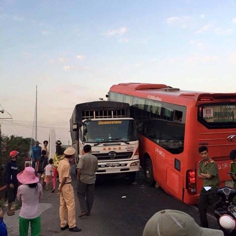 Lực lượng công an có mặt kịp thời để di chuyển hành khách xuống xe và điều tiết giao thông. Ảnh: CTV