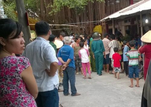 Nhiều người vây quanh nhà Bảo xem công an khám nghiệm tử thi