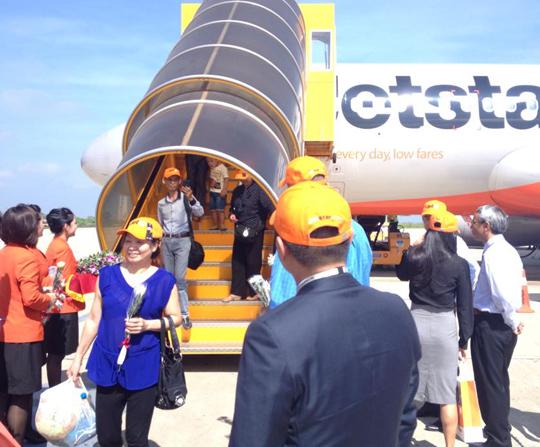 Những vị khách đầu tiên trên chuyến bay Hà Nội - Đà Lạt vừa đáp xuống sân bay Liên Khương (Đà Lạt). Ảnh: Tr.Khương