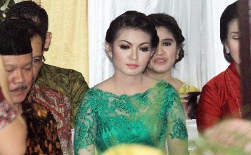Cô dâu (áo xanh) trong lễ truyền thống hôm 9-6. Ảnh: Jakarta Post)