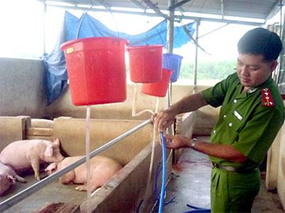 Cảnh sát môi trường tỉnh Đồng Nai thu giữ phương tiện bơm nước vào lợn tại một cơ sở kinh doanh (ảnh: Internet)
