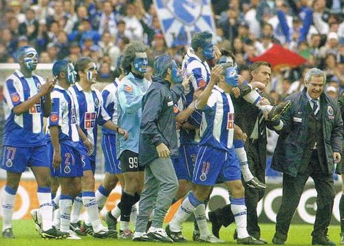 Cầu thủ mê Mourinho từ những việc làm nho nhỏ này (Mourinho bìa phải công kênh cầu thủ sau chiến thắng của Porto ở chung kết Champions League 2003-2004)