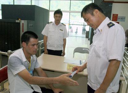 Kiểm tra thân nhiệt trực tiếp qua hệ thống test lòng bàn tay