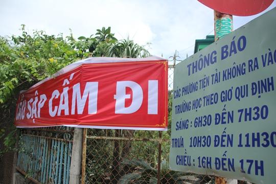 Chính quyền địa phương cũng đã tiến hành làm bảng cảnh báo cầu sập và tổ chức giao thông cho người dân