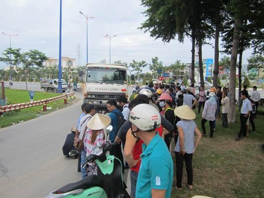 Người dân hiếu kỳ đến hiện trường theo dõi vụ tai nạn