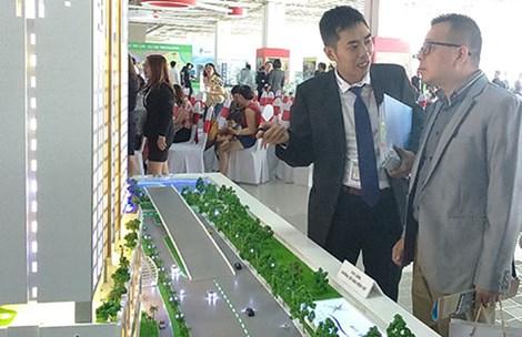 Khách hàng tham quan, tìm hiểu mua nhà tại một sàn giao dịch lớn ở quận 7, TP HCM. Ảnh: Quang Huy