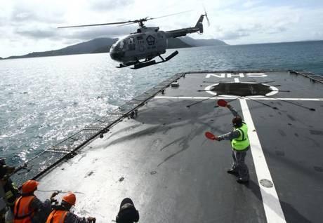 Trực thăng của Hải quân Indonesia hỗ trợ tìm kiếm xác QZ8501. Ảnh: Independent