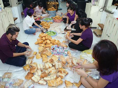 Doanh nhân Thu Hoài tham gia làm bánh mì để tặng người nghèo
