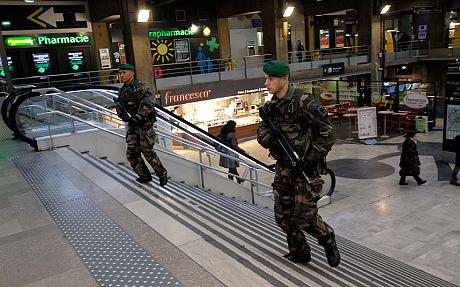 Lực lượng chống khủng bố Pháp đang truy tìm 3 tay súng. Ảnh: AP