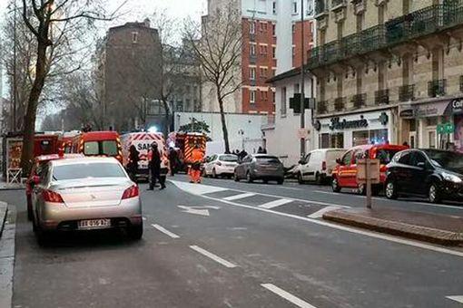 Hiện trường vụ nổ súng làm 2 cảnh sát Pháp bị thương. Ảnh: Twitter