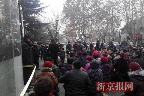 200 người dân quỳ gối yêu cầu chính quyền điều tra. Ảnh: China.org.cn