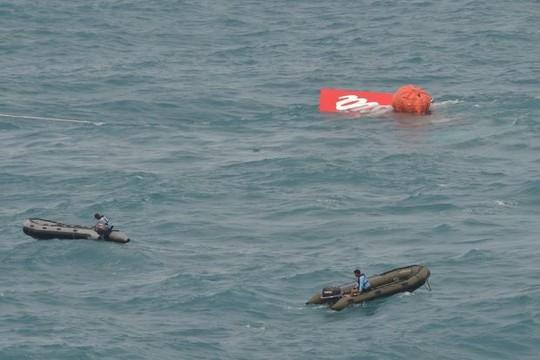 Phần đuôi của chiếc QZ8501 được trục vớt lên mặt nước sáng 10-1. Ảnh: The Star