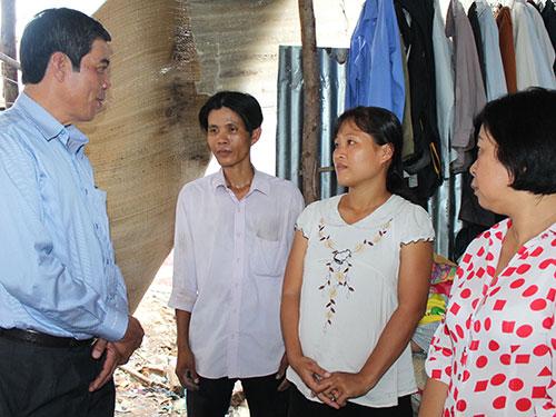 Lãnh đạo LĐLĐ TP HCM và LĐLĐ quận 6 thăm hỏi, động viên công nhân mất việc tại Công ty Bách Hợp