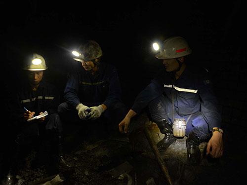 Phóng viên Báo Người Lao Động (trái) trao đổi với những thợ lò Ảnh: TRỌNG ĐỨC