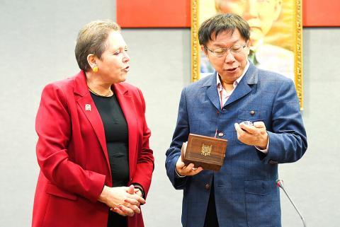 Bà Kramer tặng đồng hồ cho ông Kha. Ảnh: Taipei Times