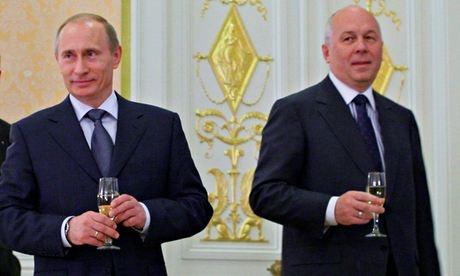 Giám đốc Rostec Sergei Chemezov (phải) là đồng minh thân cận của Tổng thống Vladimir Putin. Ảnh: AP