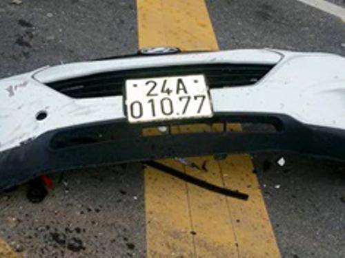 Phần đầu xe bị rơi khỏi xe