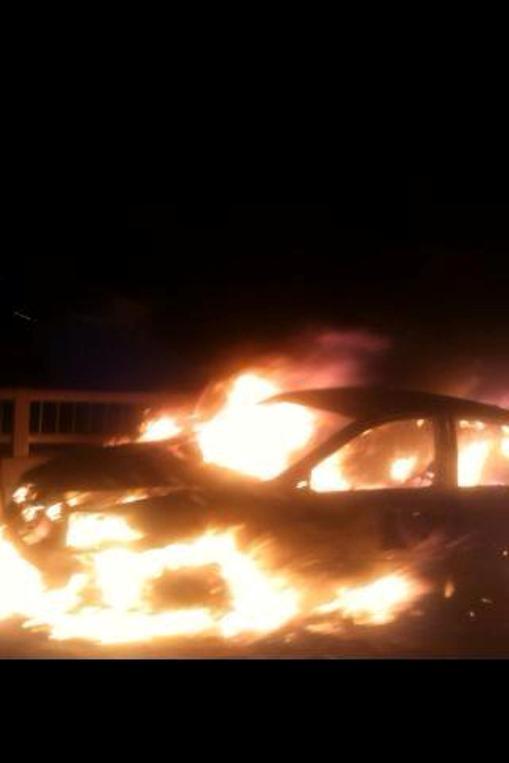 Ngọn lửa bùng cháy rất nhanh rồi bao trùm toàn bộ thân xe