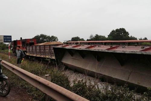Tàu hỏa chở đá tông xe tải chở đất khiến 5 toa tàu lật nghiêng, xảy ra ngày 7-3, tại ga Phố Tráng, xã Yên Mỹ, huyện Lạng Giang, tỉnh Bắc Giang.